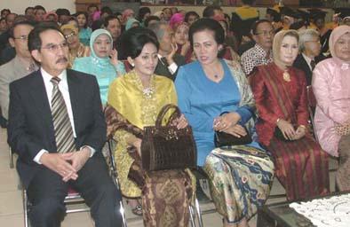 di deretan kursi VIP terdapat Ketua KPK Antasari Azhar, yang sengaja hadir untuk menyaksikan wisuda putrinya Ajeng Oktarifka SP, alumni Fakultas Pertanian (ub/prasetya online)