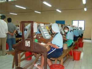 Pekerja wanita bekerja di pabrik rokok sigaret kretek mesin (SKM) Bentoel (TEMPO/ M Taufiqurohman)