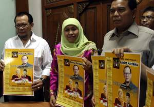 Ketua DPW Partai Patriot Jawa Timur La Nyalla Mattaliti (kiri), Calon Gubernur Jatim Khofifah Indar Parawansa (tengah), dan Calon Wakil Gubernur Brigjen Mudjiono (kanan) (TEMPO/ Rohman Taufiq)