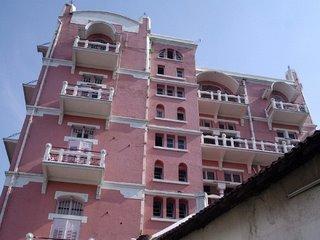 Hotel tua ini menawarkan keindahan, sensasi, tersendiri dari bentuk konstruksinya yang eksotik dan antik (hurek.blogspot.com)