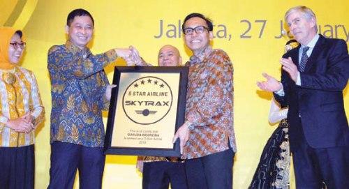 Dirut Garuda Indonesia Arif Wibowo (kedua kanan) yang didampingi Menteri Perhubungan Ignasius Jonan (kedua kiri) menerima penghargaan Maskapai Bintang Lima dari CEO Skytrax Edward Plaisted (kanan) di Jakarta kemarin (27/1).